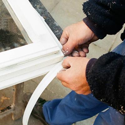 Einbau einer Fensterabdichtung von unserem bau-ko Servicepersonal